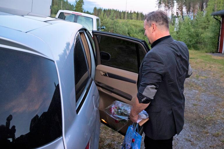 Jari nousi pian keikkansa jälkeen autoonsa eikä jäänyt juttelemaan faneilleen.