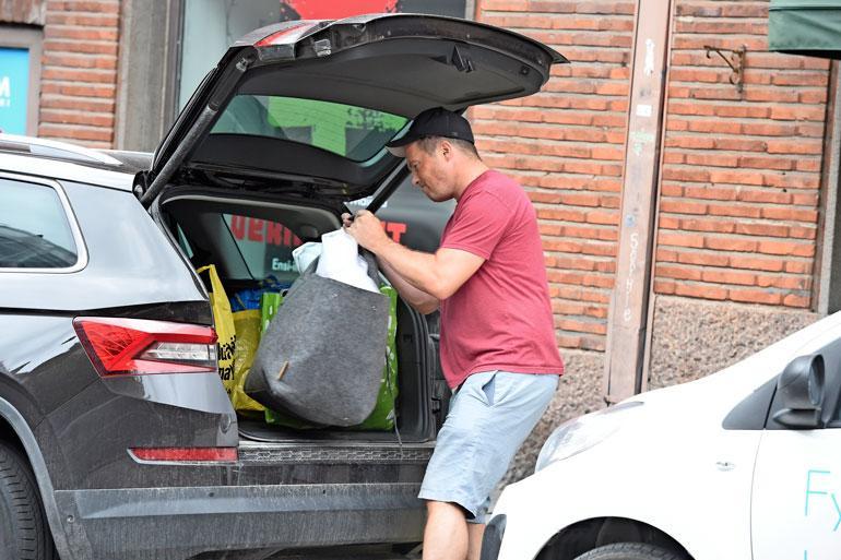 Myös Teemu lastasi oman autonsa täyteen tavaraa.