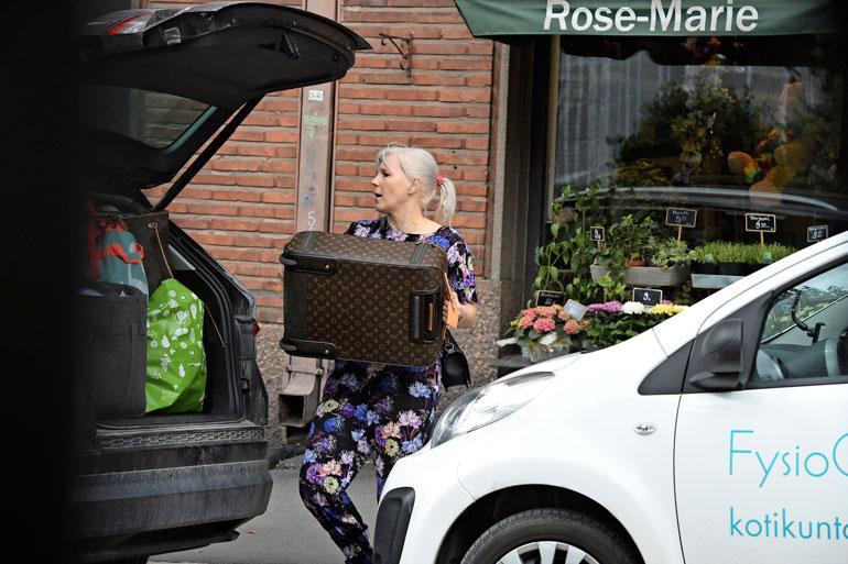 Vapun muuttokuormassa kulki merkkipakaaseja, esimerkiksi kuvan Louis Vuitton -matkalaukku.