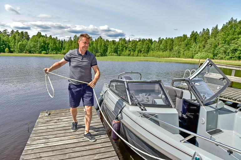 Kokenut veneilijä nauttii Näsijärven maisemista 6,5-metrisen Yamarin Cross 64:n kyydissä. Uutena venonen maksaa noin 50 000 euroa.