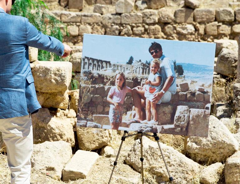 Catherine poseerasi isänsä Michaelin ja Pippa-siskonsa kanssa raunioilla 1984.