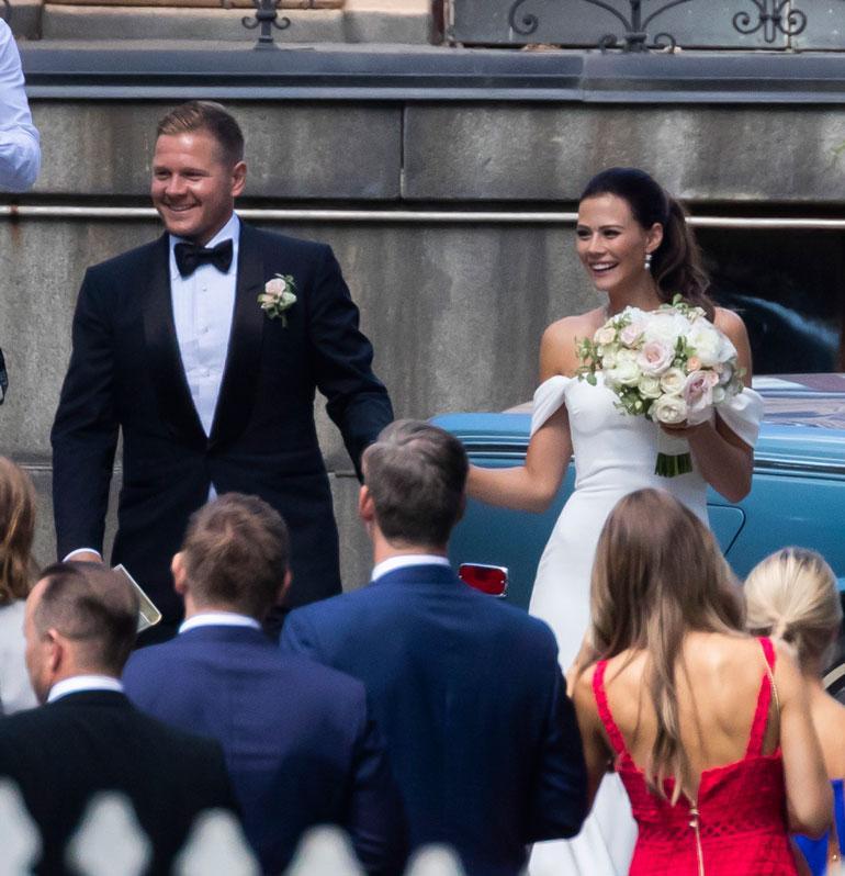 Tuore hääpari Petri Kontiola ja Lotta Heikkilä säteilivät onnea ja iloa suurena päivänään. Lotta otti avioliiton myötä käyttöön miehensä sukunimen.