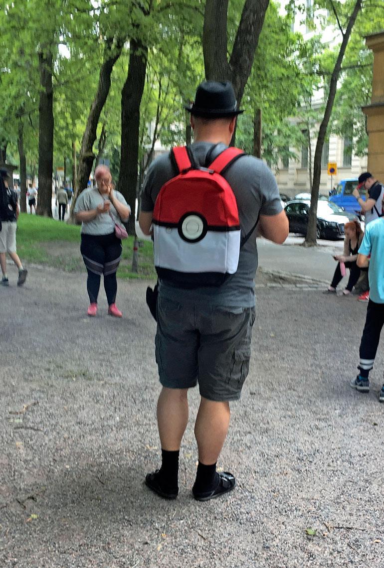 Pokémon-metsästäjällä pitää tietysti olla päässään metsästystyyliin sopiva lakki, Poké-repusta puhumattakaan!
