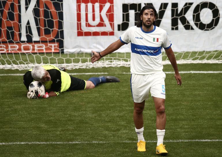 Italian joukkue ei pärjännyt All Stars -joukkueelle. Kuvassa All Stars -joukkueen maalivahti Antonios Nikopolidis ja Italian Cristian Zaccardo.