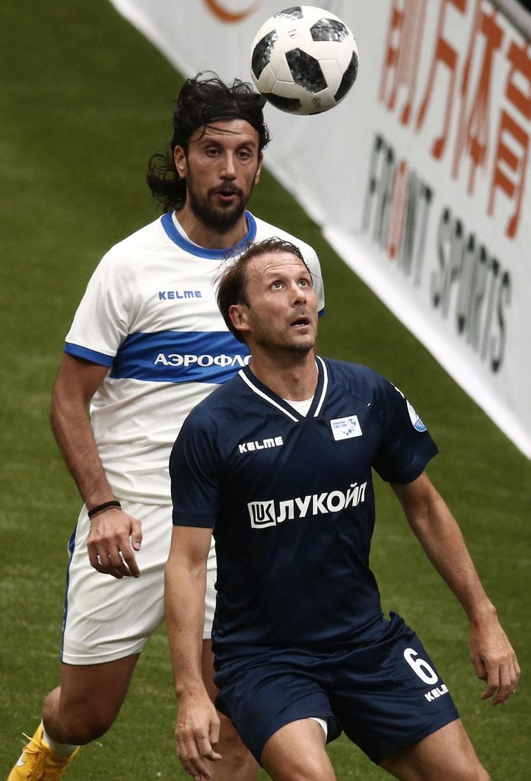 Gaizka Mendieta (edessä) laukoi ottelussa hattutempun. Takana Cristian Zaccardo.