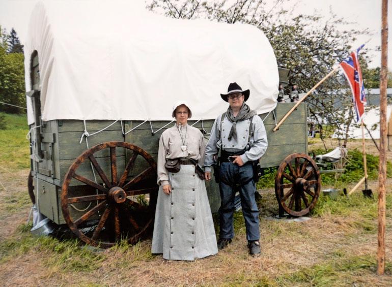Mauri on rakentanut myös aidot lännen vankkurit, joita koristaa etelävaltioiden lippu. Hän on Marika-vaimon kanssa pukeutunut uudisraivaajien asuun.