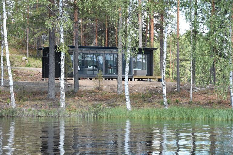 Tyylikkään vierasmajan kruunaa lasitettu terassi, josta aukeaa upeat näköalat järvelle.