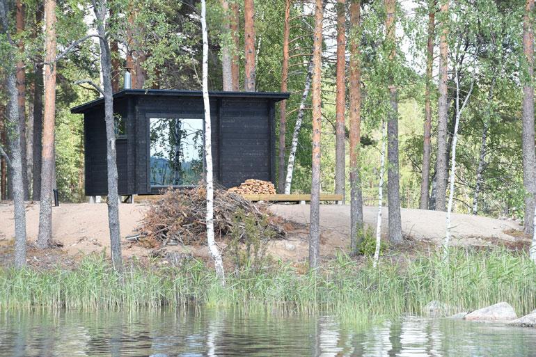 Saunan lauteiltakin voi ihailla järvimaisemia.