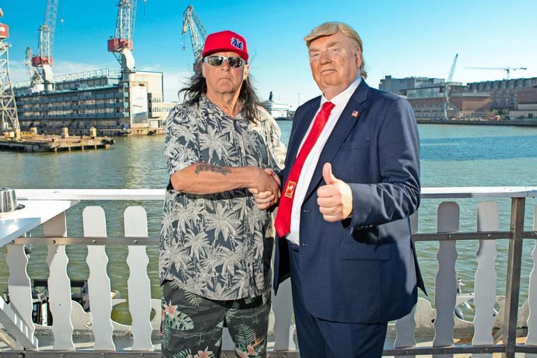 – Hienoa, että loikkasit meidän puolellemme, vale-Trump vitsaili MS Louisianan ravintoloitsijalle ja Leningrad Cowboys -muusikko Sakke Järvenpäälle.