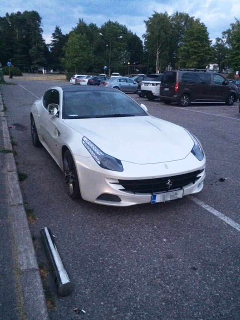 Maassa Ferrarin vieressä näkyy metallinen, pystymallinen tuhkakuppi, jolla Stefan tuhosi autoaan.