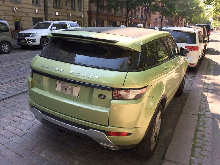 Stefan hankki tänä kesänä myös Range Roverin, jonka Seiskan lukijat kuvasivat kadunvarressa Helsingin keskustassa. Auto on ajokiellossa, koska määräaikaiskatsastus on suorittamatta.