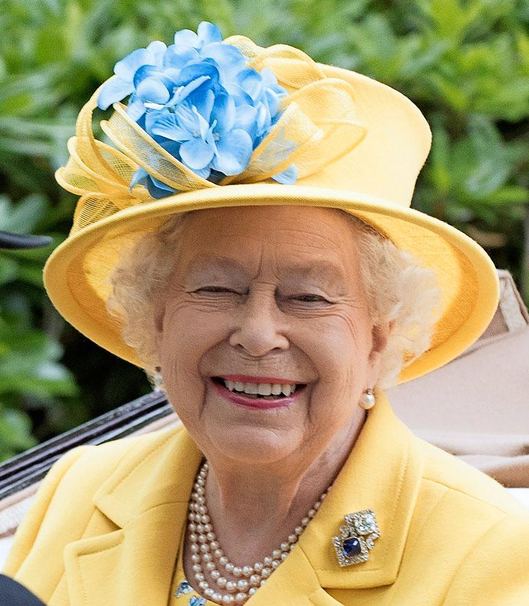 Kuningatar muisti pojanpoikaansa ja tämän vaimoa hulppeasti.