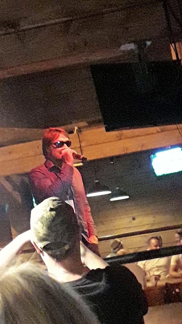 Teemu Selänne lauloi karaokessa.