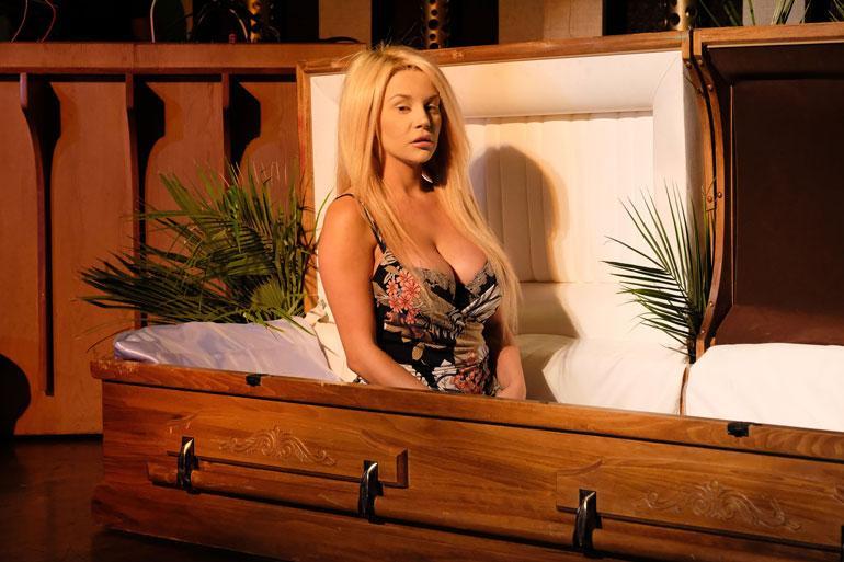 Courtney Stodden nousi ruumisarkusta.