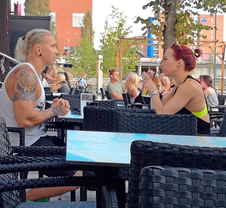 Henriikka Roo ja Johnny Kuoppala terassilla.