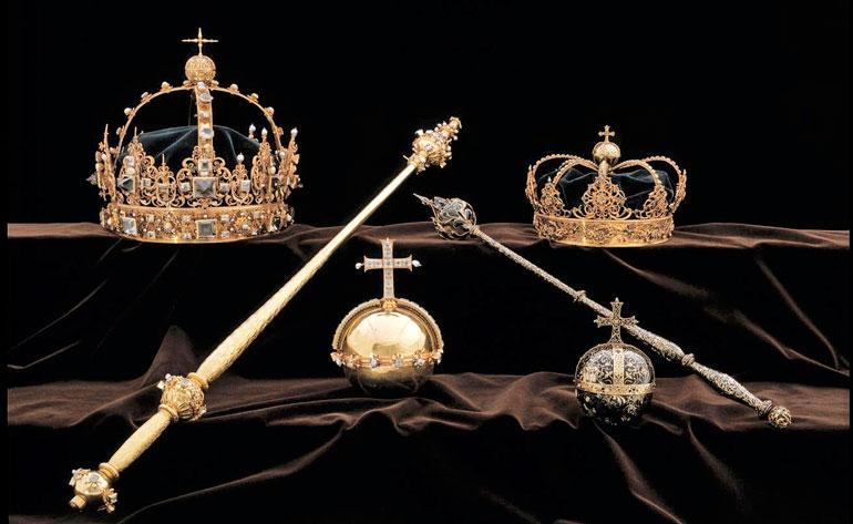 Molemmat kruunut sekä valtakunnanomena varastettiin näyttelystä.