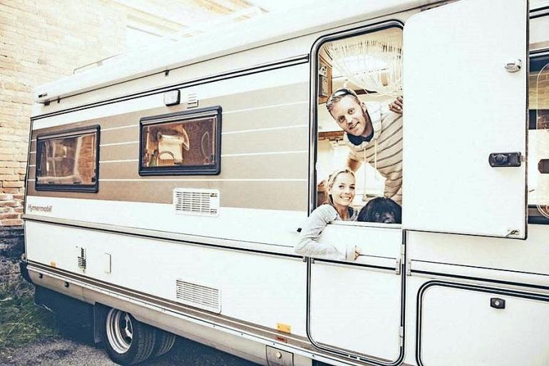 Koop Arponen poseeraa asuntoautossa Cordelia-vaimonsa kanssa.