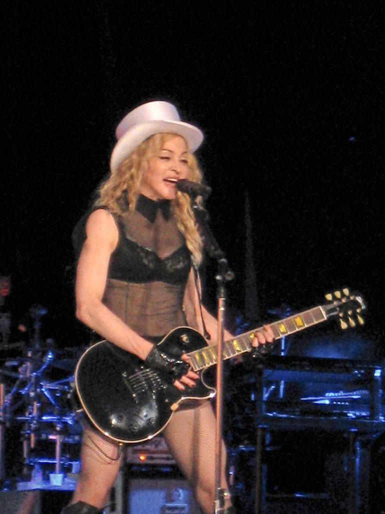 Popdiiva on esiintynyt kahdesti Suomessa. Vuonna 2009 Madonna osti erään helsinkiläisen vaateliikkeen koko mikrosortsivaraston.
