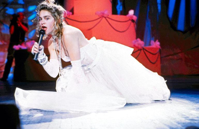 Madonna kohahdutti esiintymällä morsiuspuvussa MTV:n palkintogaalassa vuonna 1984.