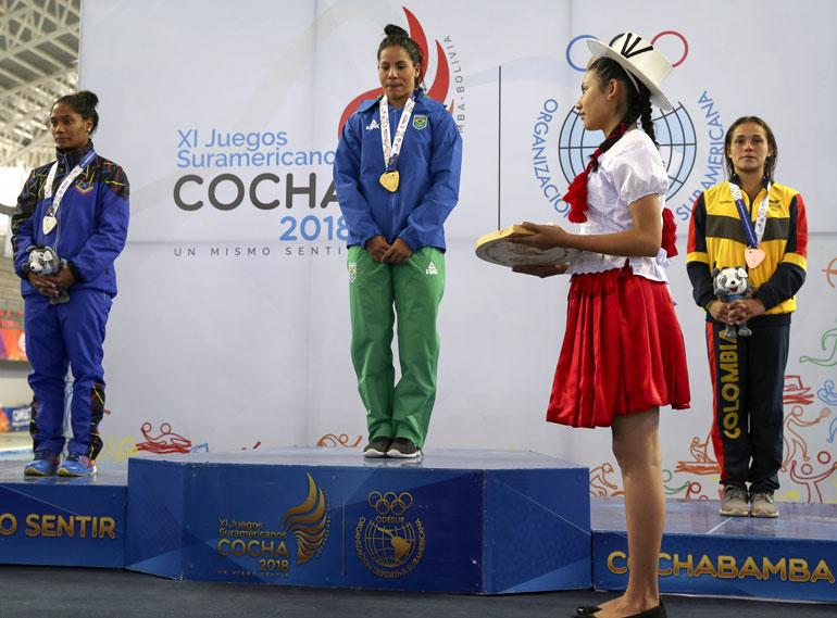 Ingrid Oliveira (kesk.) voitti 10 metrin kerroshyppykisan kultaa Etelä-Amerikan mestaruuskisoissa kesäkuun alussa.