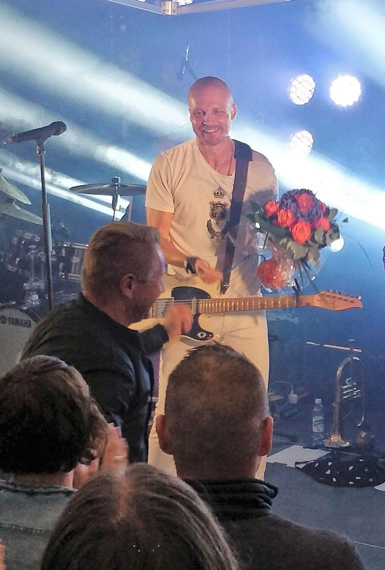 Kukkia lavalle! Olli Lindholm ja Eveliina-rakas fanittivat Juha Tapiota – kuva! | Seiska