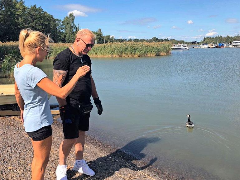 Tauski ja Virpi pelastamassa lintua.