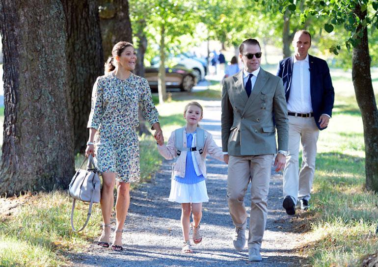 Ruotsin kruununprinsessapari Victoria ja Daniel sekä prinsessa Estelle