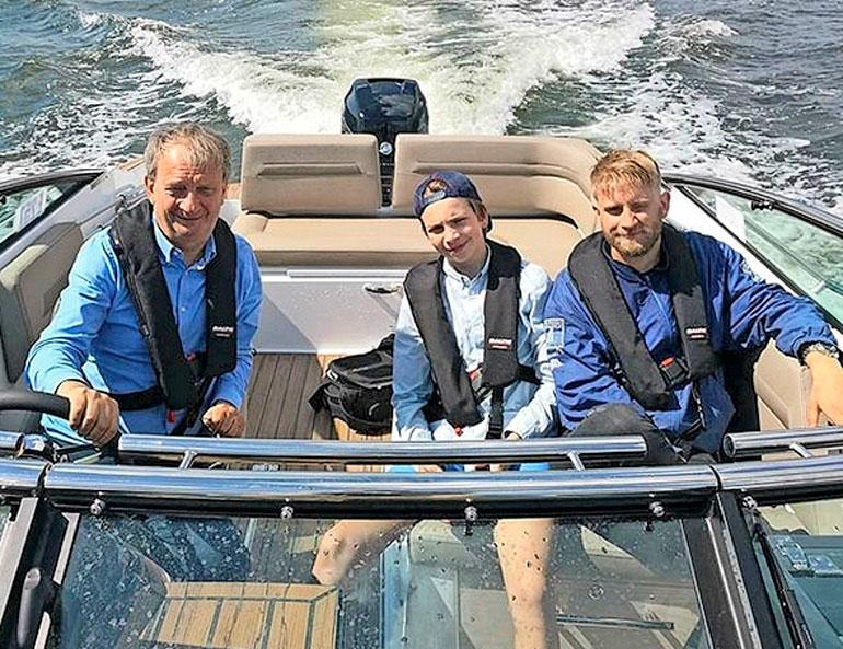 Hjallis Harkimo ja pojat veneellä.