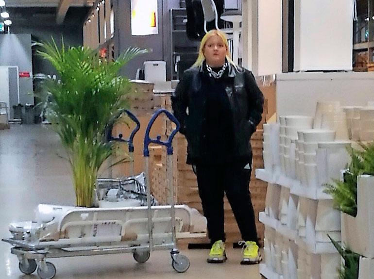 Alma shoppaili Ikeassa.
