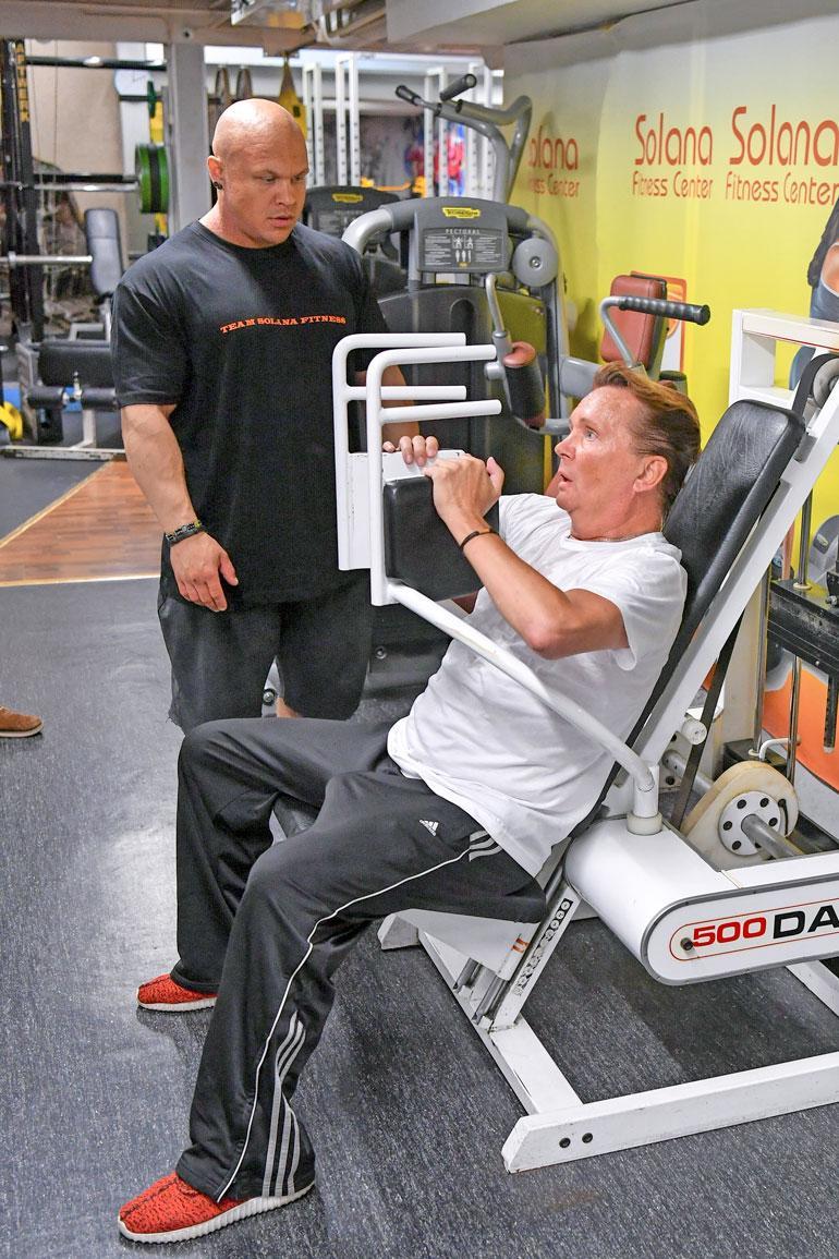 The Möykky haluaa seurata esikuvaansa Arnold Schwarzeneggeriä bodarista näyttelijäksi ja aloittaa opiskelut näyttelijäkoulussa. Mikko valmentaa häntä näyttelemisessä vastapalveluksena treeneistä.