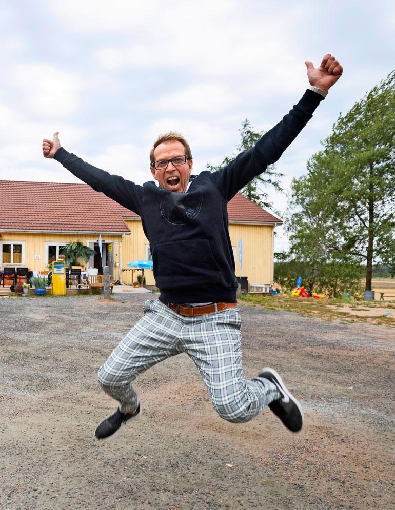 Pasi Tamminen toimi 1980-luvulla turkulaisessa Auran Aallot -radiossa. – Hallikaisen Joel, Tammisen Sari, Hilanderin Hessu… muut menivät viihdepuolelle, minä jäin taustalle järjestäjäksi, myös Welldone-tuotantoyhtiössä 1990-luvulla työskennellyt Pasi kertoo.