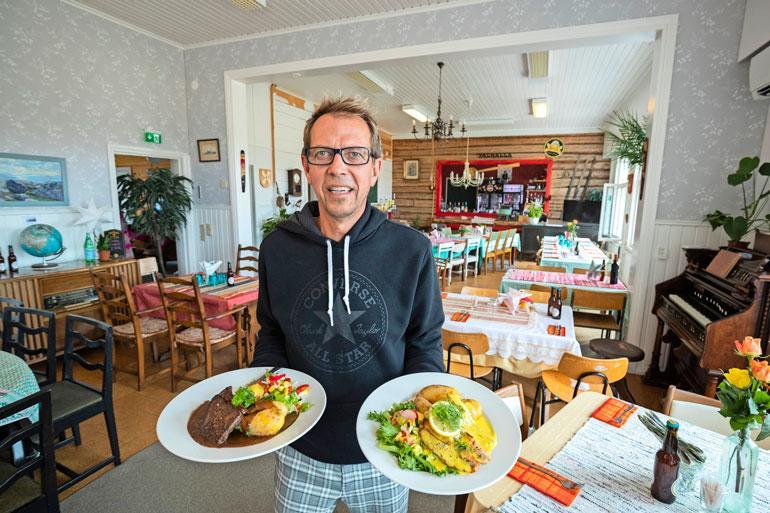 Ravintolan annokset loihtii ranskalainen kokki. Pippuripihvi ja päivän kalana tuore, itse pyydystetty ahven vievät kielen mennessään.