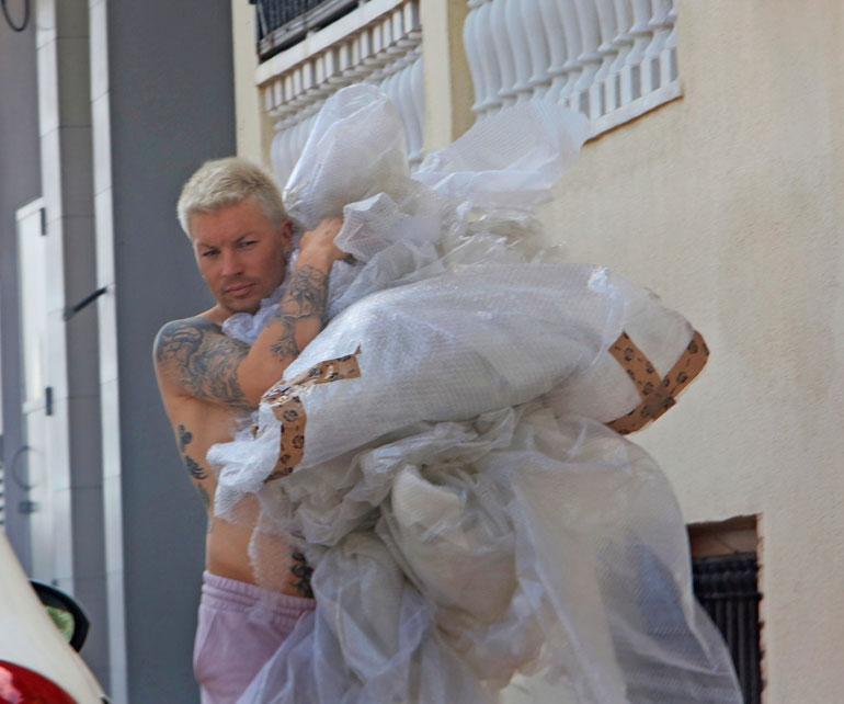 Antti on sisustanut kakkoskotiaan yksin. Seiskan kuvaaja törmäsi paidattomaan suosikkilaulajaan, kun tämä kantoi suojamuoveja roskikseen.
