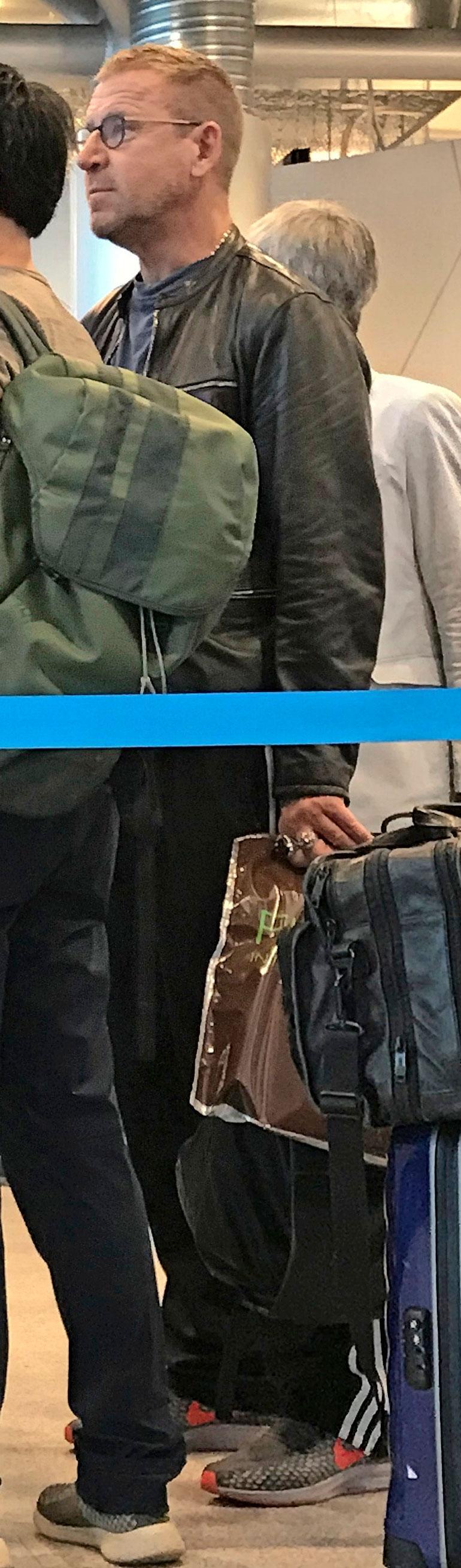 Renny Harlin lentokentällä.