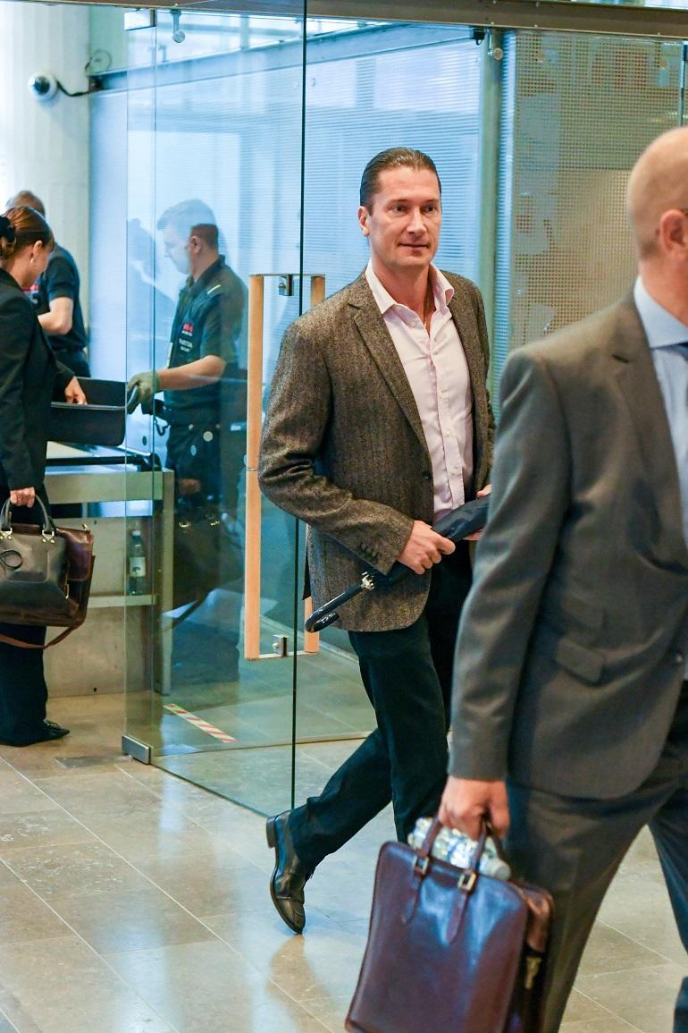 Tomi saapui oikeuteen.