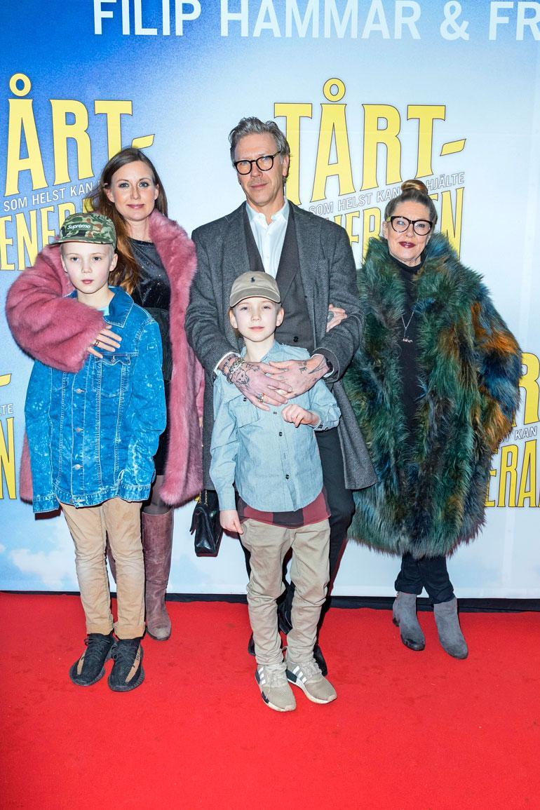 Raitistumisen jälkeen Mikaelin puoliso Sanna Lundell (Ulf Lundellin tytär) palasi miehensä luokse. Perheeseen kuuluvat myös pojat Igor ja Lo. Näyttelijän äiti Inga-Lill on pysynyt poikansa rinnalla myös vaikeina vuosina.