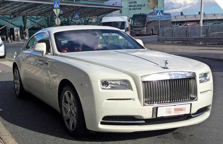 Käsintehdyt Rolls-Roycet kuuluvat luksusautojen aateliin. Tinkimätöntä laadukkuutta edustaa myös Cheekin Rolls-Royce Wraith Coupé, joka ikuistettiin viime sunnuntaina Helsinki-Vantaan lentokentällä terminaali 2:n edustalla.