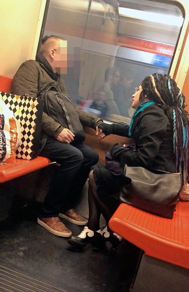 Sofi Oksanen metrossa.
