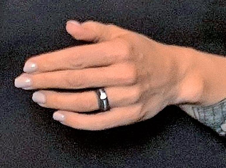 Jutan sormus herätti huomiota.