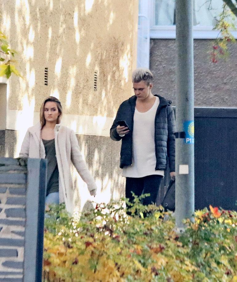 Elias oli keskittynyt tiiviisti kännykkäänsä, kun hän asteli asunnoltaan Nellin perässä viime sunnuntaina.