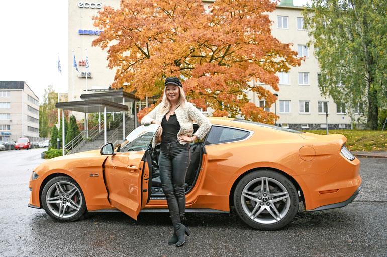 Mustangin muskelit tekivät vaikutuksen Jennyyn. – Onhan tämä kieltämättä vähän erilainen auto kuin oma Nissan Micrani.