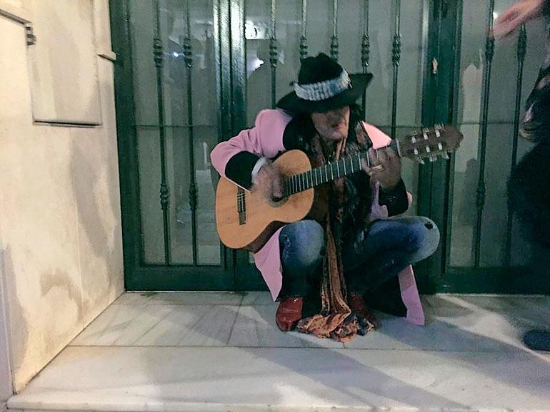 – Andy vaikutti olevan juhlatuulella. Hän soitteli kitaralla jotain omia kuvioitaan ihan näppärästi, Seiskalle kerrotaan.