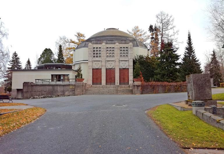 Kyllikki Tapolan hautajaiset järjestettiin Kalevankankaan isossa kappelissa Tampereella. Kutsu tilaisuuteen oli julkinen.