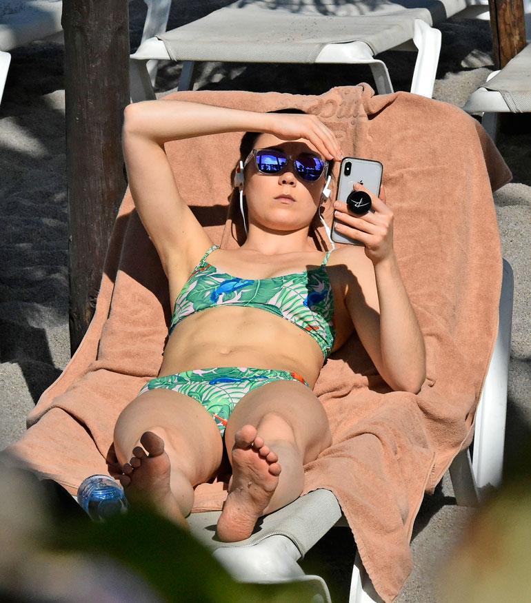 Laura Lepistö paineli kuvauksista heti altaalle rusketusta hankkimaan.