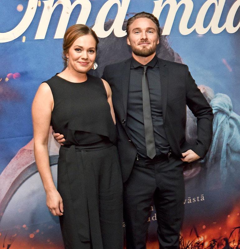 Oona Leo-rakkaansa kanssa Oma maa -elokuvan ensi-illassa.