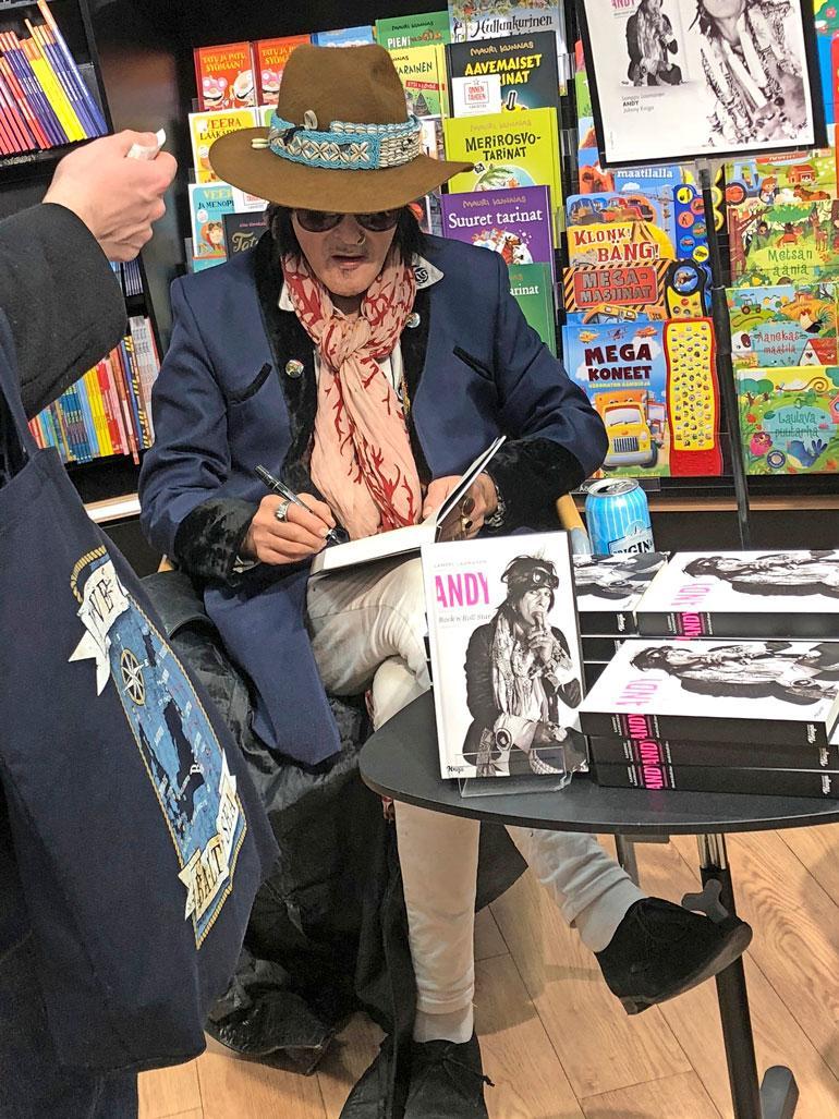 Andy McCoy markkinoimassa kirjaansa.