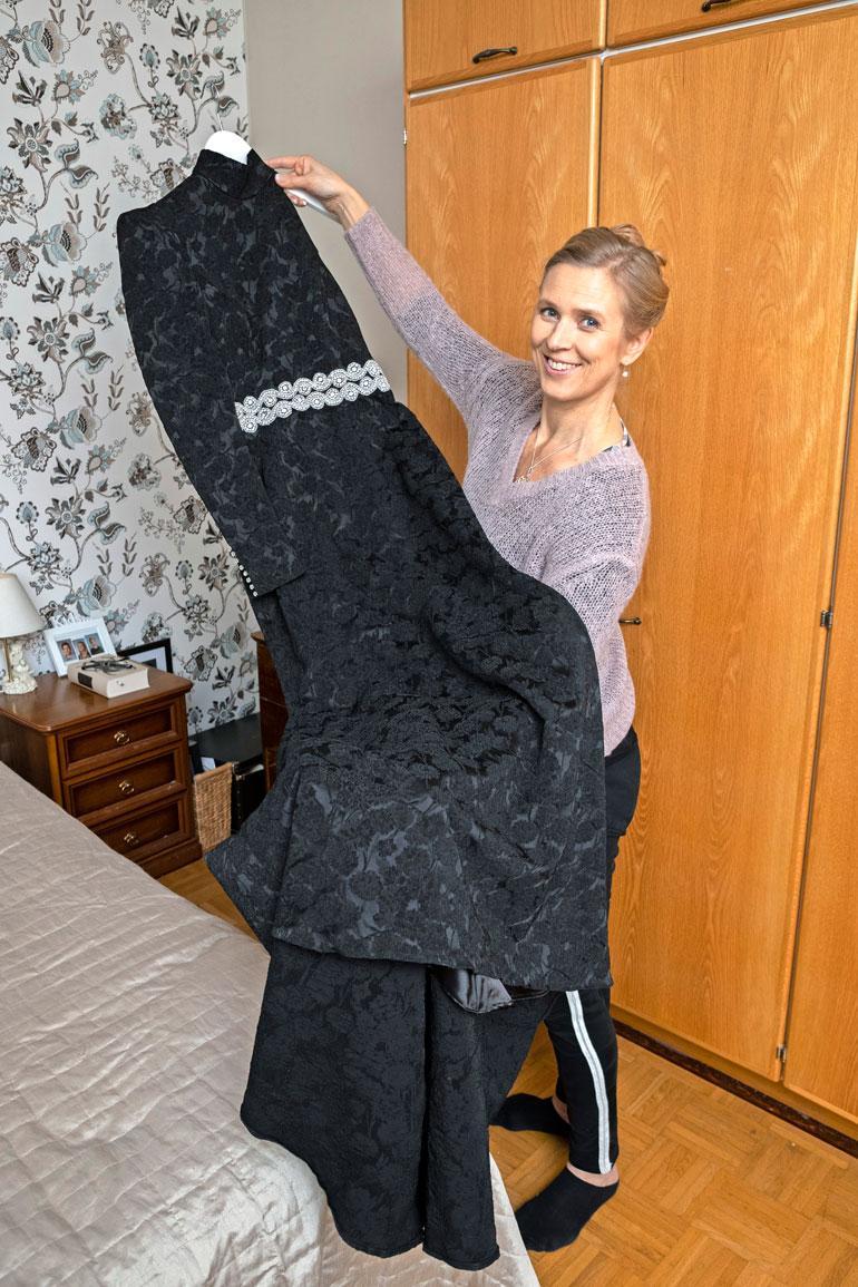 Kaisa sonnustautuu tämän vuoden Linnan juhlissa eleganttiin mustaan pukuun, josta löytyy upeita pieniä yksityiskohtia.