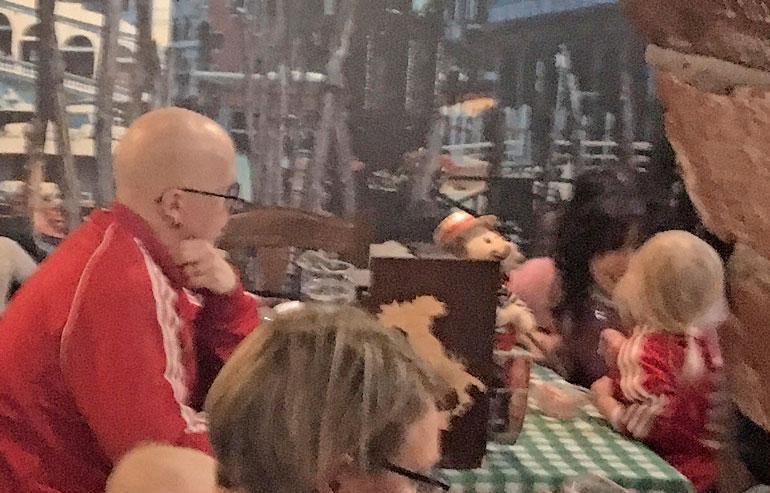 Toni Wirtanen ja Jannika B ruokailemassa.