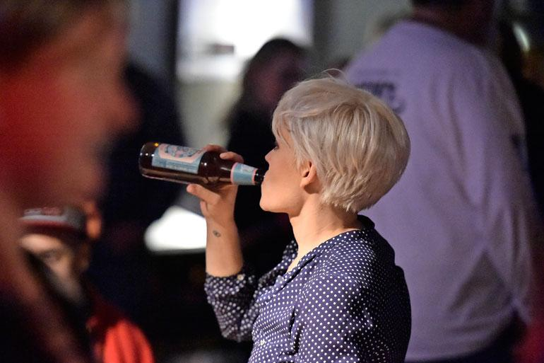 Anna joi hapanolutta suoraan pullonsuusta.
