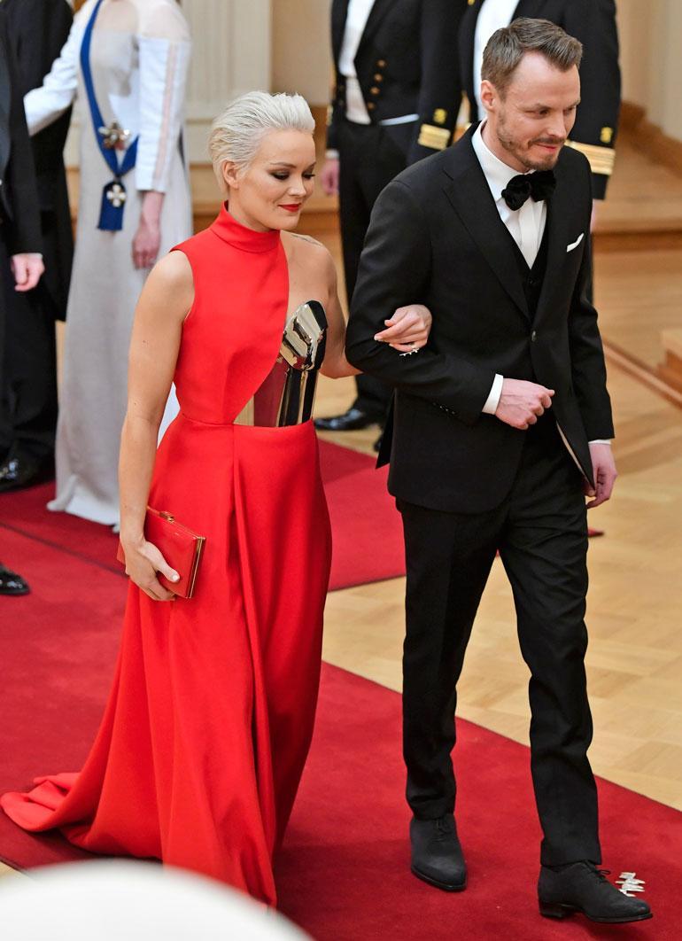 Anna Puu oli yksi illan kuvatuimmista vieraista. Hän ei kuitenkaan suostunut poseeraamaan yhteiskuvassa miesystävänsä Jukka Immosen kanssa tätä kättelyjonokuvaa lukuun ottamatta.
